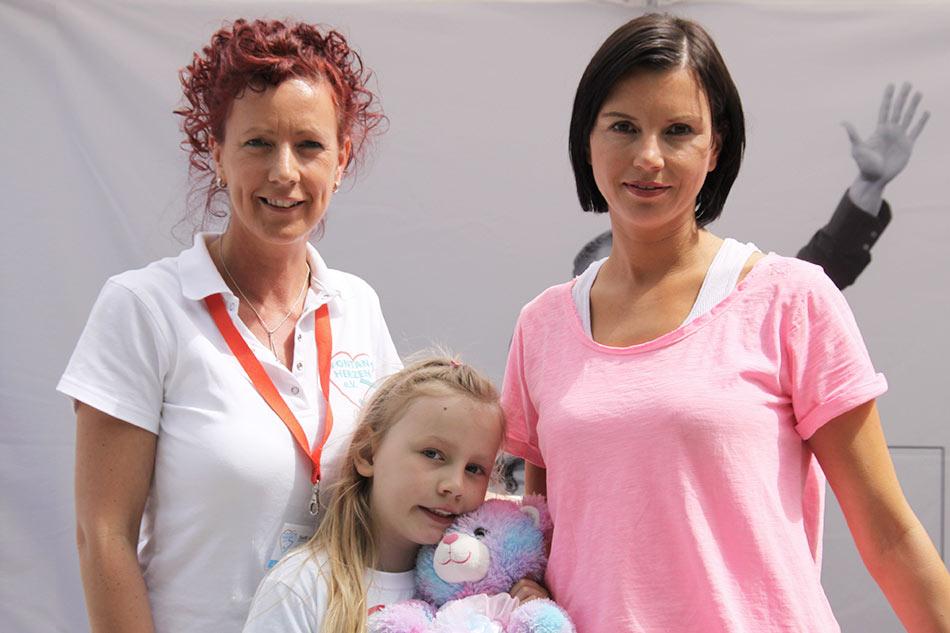 Teresa Enke (re.) und die Robert-Enke-Stiftung sind langjährige, wertvolle Vereinsunterstützer. Lara Enke wurde mit halbem Herz nur 2 Jahre alt. Im Bild außerdem: Steffi Hahnl (1. Vorsitzende) und Tochter Lara.