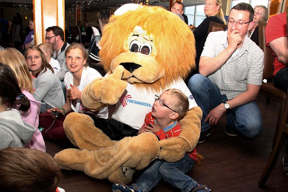 Löwenstark wie Vereins-Maskottchen Leo Fontano wollen alle unsere schwer herzkranken Kinder sein. Mehr unter GEMEINSCHAFT/Bilderarchiv